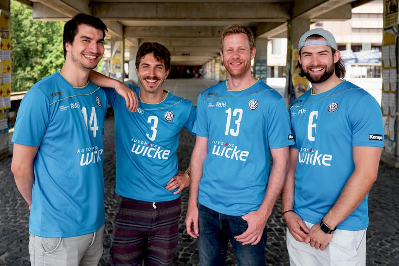 Vier Männer in hellblauen Volleyball-Trikots
