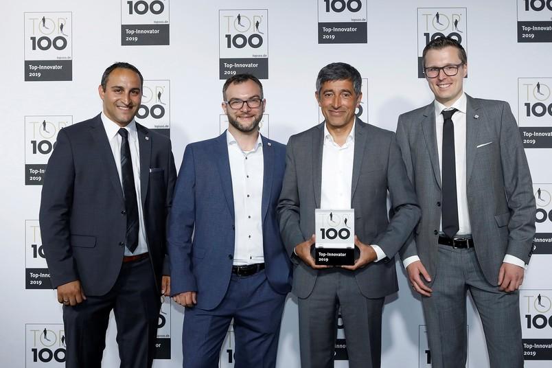 Der Wissenschaftsjournalist Ranga Yogeshwar (zweiter von rechts) hat am 28. Juni 2019 die Auszeichnung den Geschäftsführern von Ingpuls überreicht (von links): Dr. Christian Großmann, Dr. Burkhard Maaß und Dr. André Kortmann