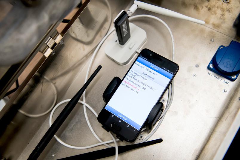 Handy mit laufender Überwachungsapp