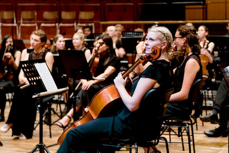 Spannung vor dem Konzert: Das Orchester wartet auf den Dirigenten und die Solisten, auch der Chor ist noch nicht da.