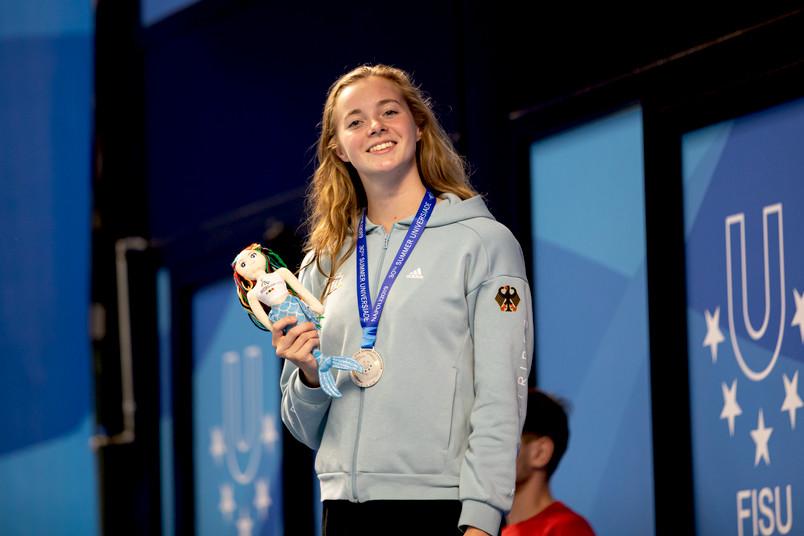 Lisa Höpink freut sich nach erfolgreichem Rennen über ihre Silbermedaille im Schwimmen.