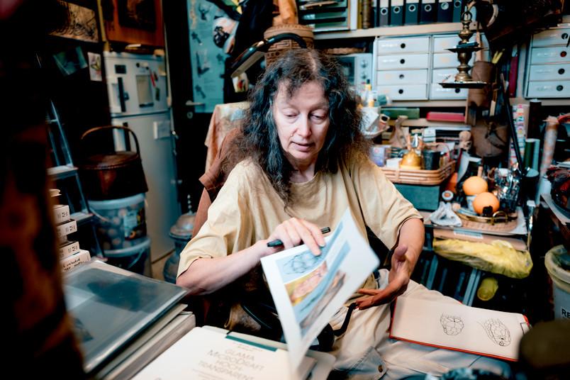 Helga Schulze beim Zeichnen