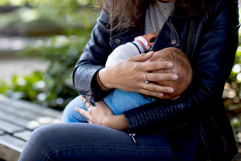 Baby auf dem linken Arm