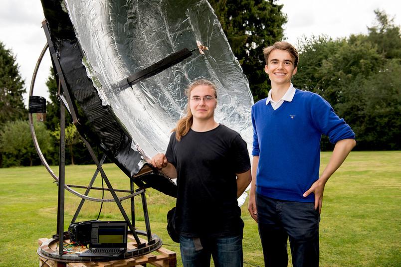 Studenten neben einem Teleskop