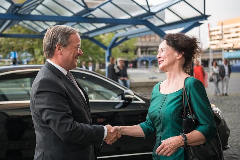 Ankunft auf dem Forum der RUB: Ruhrtriennale-Intendantin Stefanie Carp begrüßt den Ministerpräsidenten des Landes, Armin Laschet.