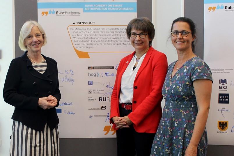 Haben die Absichtserklärung mit unterzeichnet (von links): Prof. Dr. Anne Friedrichs, Präsidentin der Hochschule für Gesundheit, Prof. Dr. Uta Hohn, Prorektorin der RUB, und Prof. Dr. Heike Köckler, Dekanin an der Hochschule für Gesundheit