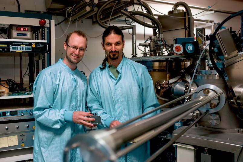 <div> Sven Scholz (links) und Arne Ludwig sind Experten für die Herstellung von Quantenpunkten in Halbleitern.</div>