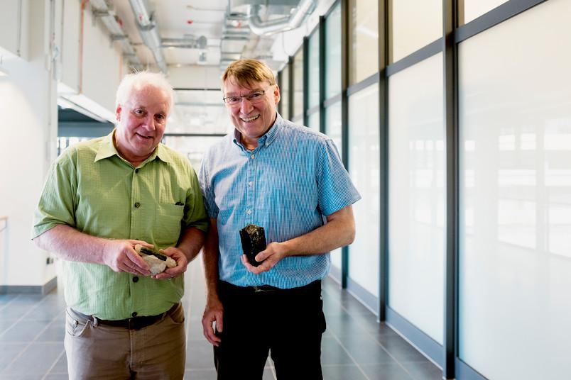 Forscher mit Gesteinsproben in der Hand