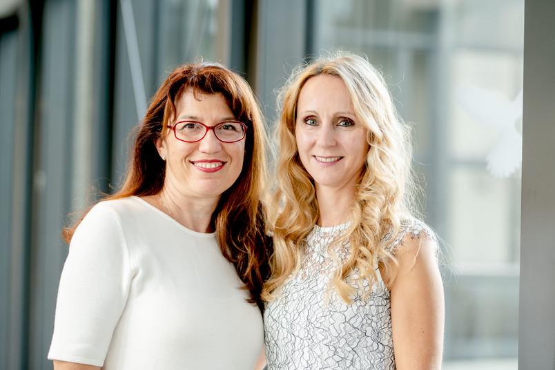 Zwei Frauen, zwischen 40 und 50 Jahre alt