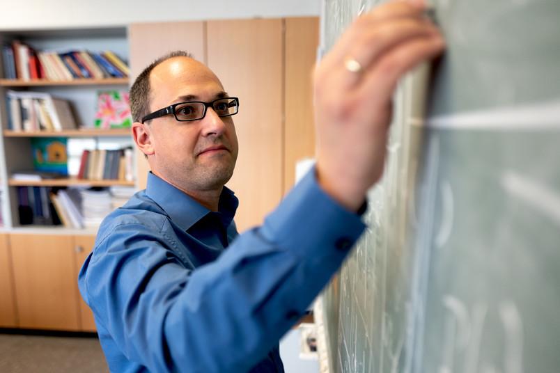 Evgeny Epelbaum schreibt an eine Tafel