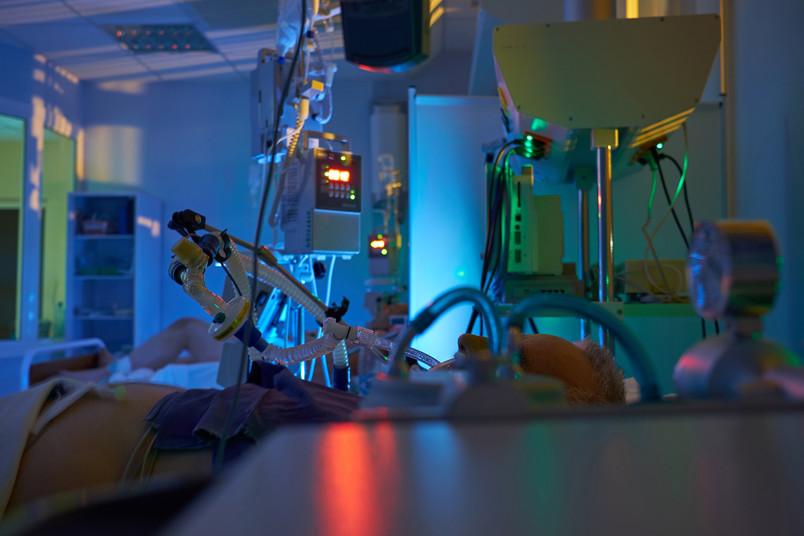 Blick in ein nächtliches Krankenzimmer