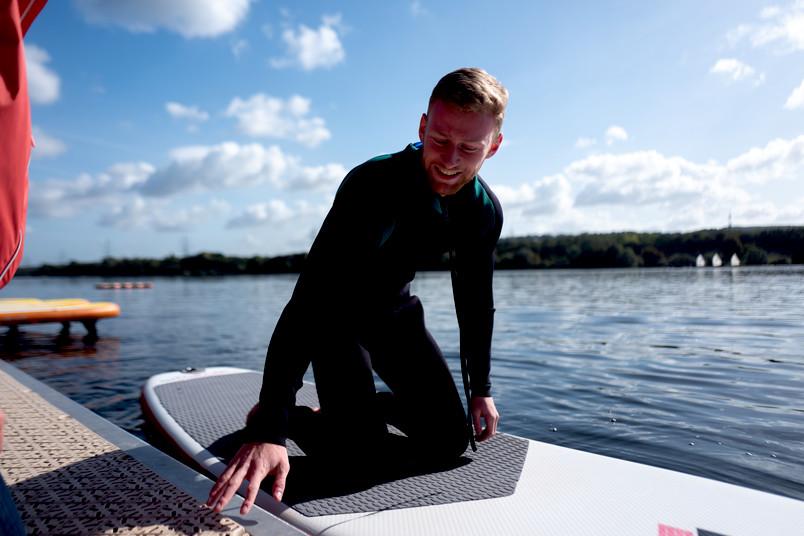 <div> Für einige Teilnehmer ging es zum ersten Mal auf das anfangs noch wackelige Board im Wasser.</div>