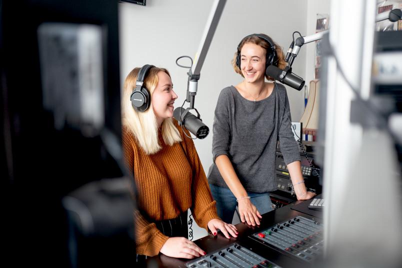 Moderatorinnen im Studio