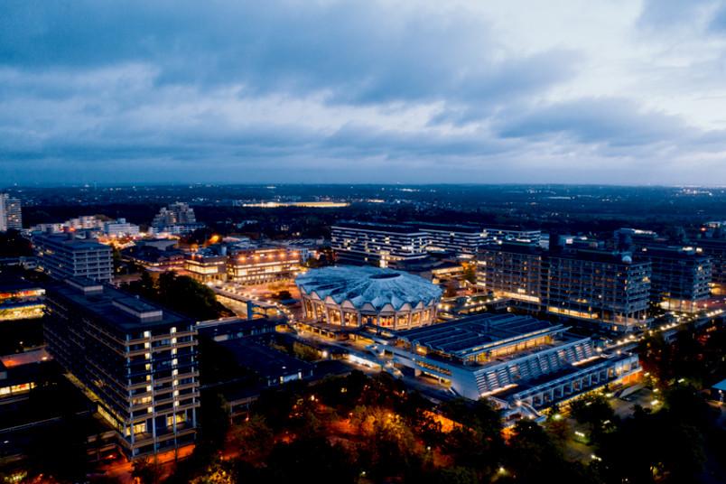 Impression vom beleuchteten Campus der RUB im Herbst