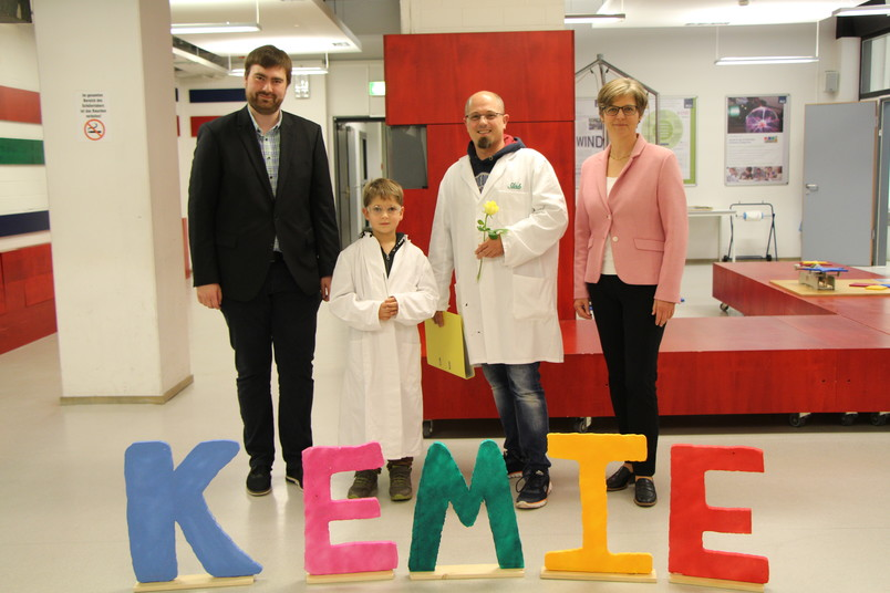 <div> Stefan Zellmer (links) und Katrin Sommer (rechts) begrüßten Niklas und seinen Vater Björn Lienig als 1.000 Teilnehmer des Programms Kemie.</div>