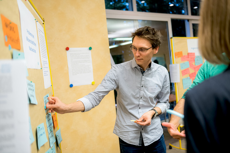Themenfindung zum Auftakt: Timo Lüke von der Technischen Universität Dortmund gehört zu den Nachwuchswissenschaftlern in der Global Young Faculty.