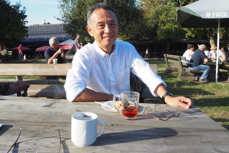 Japanischer Forscher trinkt Tee