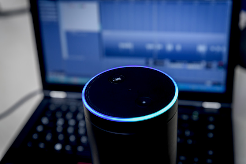 Alexa vor Monitor