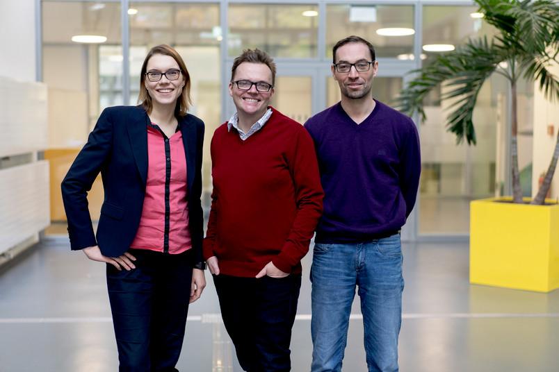 Kristina Tschulik, Tobias Vöpel und Nicolas Plumeré (von links) gehören zum Projektteam. © RUB, Kramer