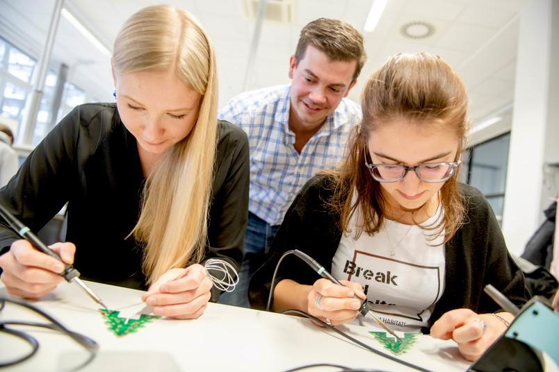 Zwei Studentinnen löten in der Werkstatt der Elektrotechniker