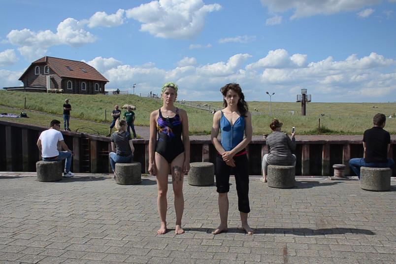 Künstlerisches Foto mit Leuten an der Küste