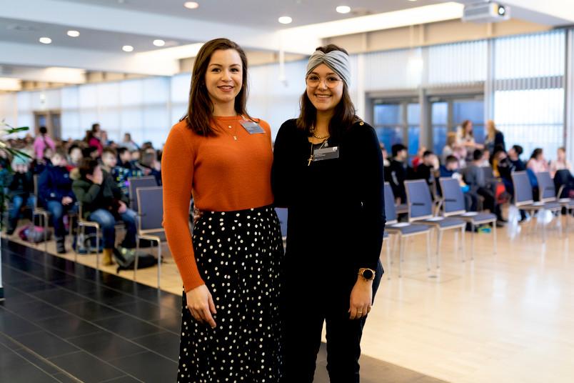 <div> Julia Niewind (links) und Elena Fiorentelli studieren Lehramt an der RUB; sie begrüßten die kleinen Gäste im Veranstaltungszentrum.</div>