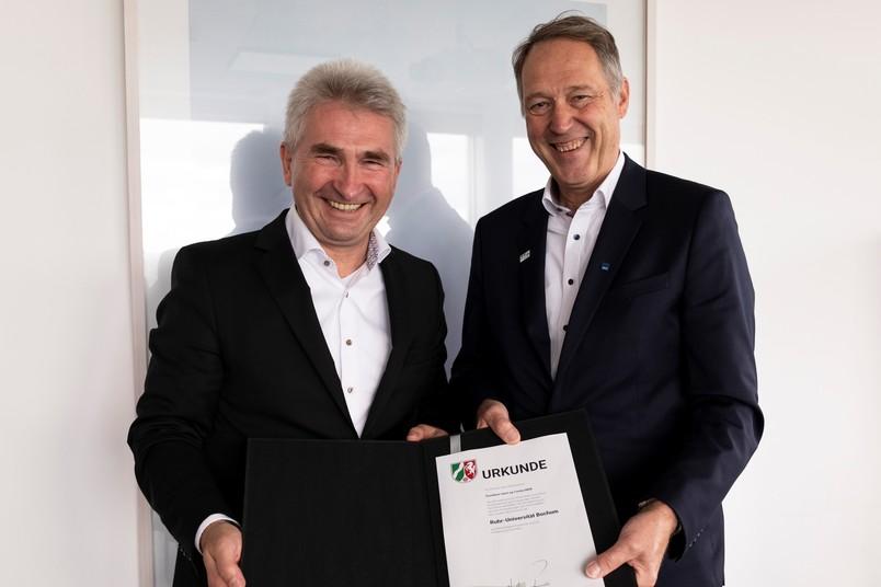 NRW-Wirtschaftsminister Andreas Pinkwart (links) überreicht Rektor Axel Schölmerich den Förderbescheid für das Start-up-Center.