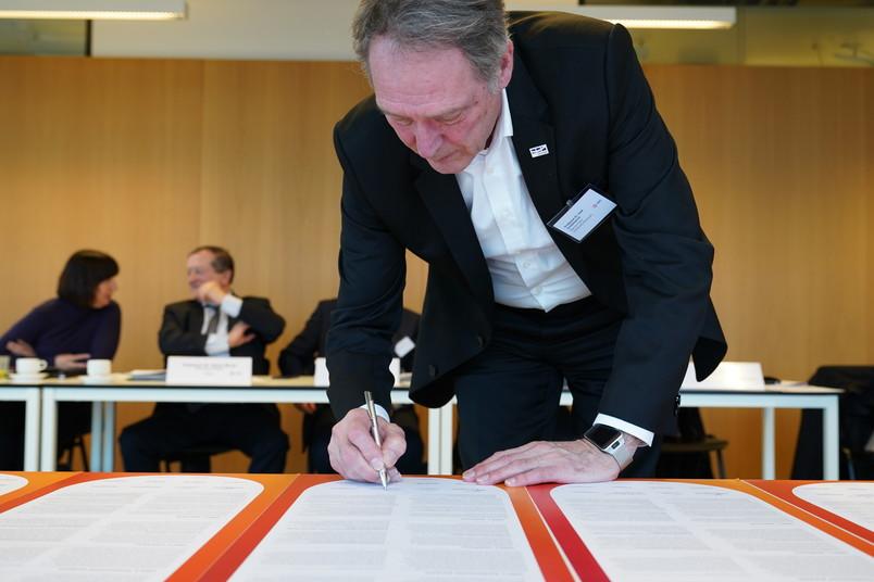 Rektor Axel Schölmerich unterschreibt das Mission Statement für die RUB.