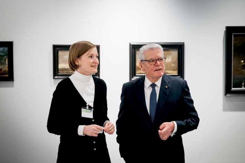 Kuratorin Maria Spiegel und Ex-Bundespräsident Joachim Gauck