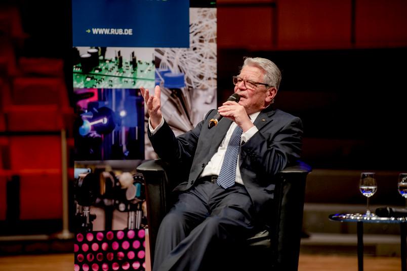 Joachim Gauck diskutiert mit seinem Publikum im Audimax der RUB.