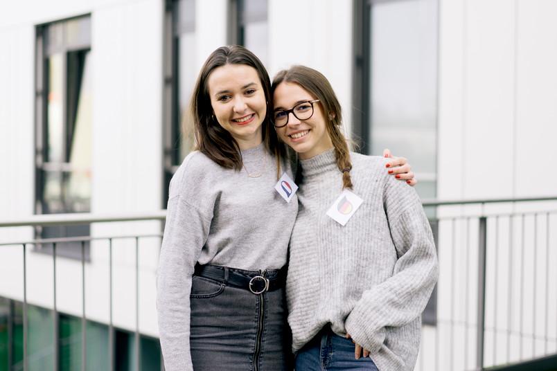 Zwei Studentinnen vor dem SSC