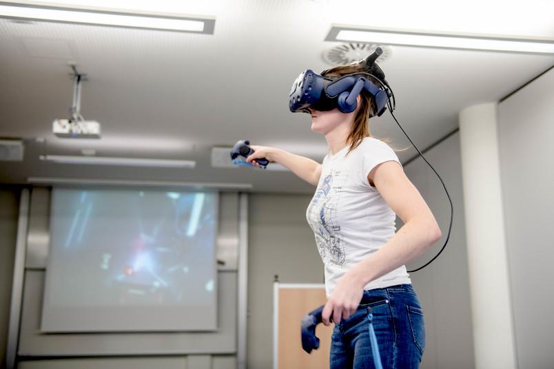 Studentin Marie-Lisa Schmidt mit VR-Brille