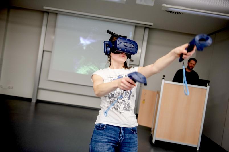 Studentin mit VR-Brille