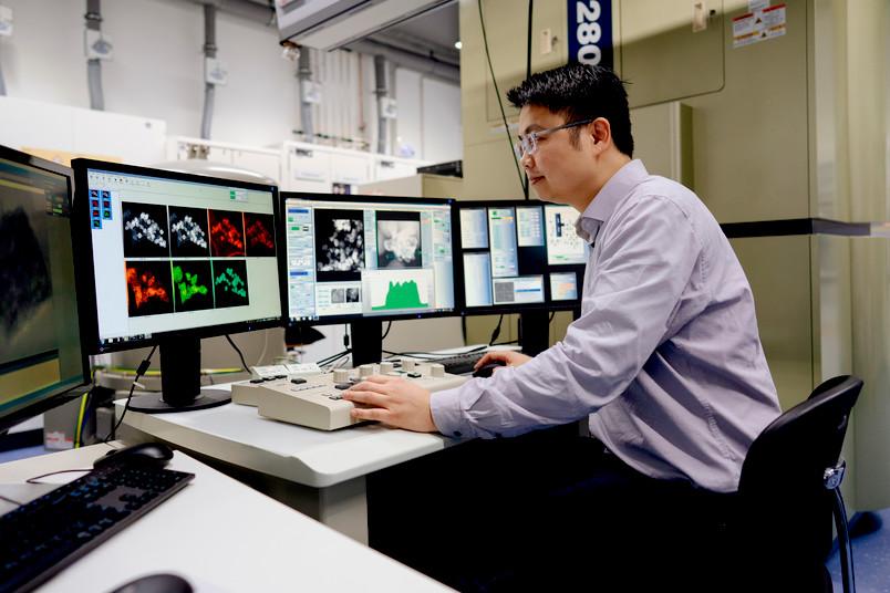 Forscher mit Transmissionselektronenmikroskop