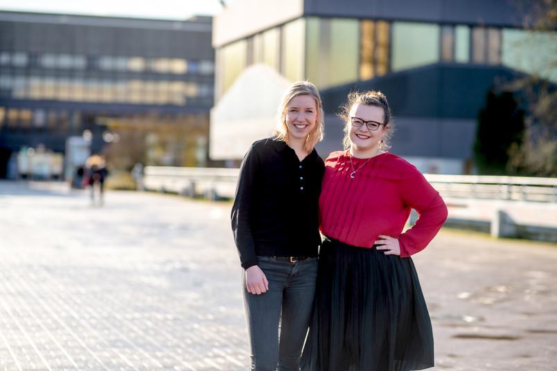 Zwei Studentinnen stehen nebeneinander.