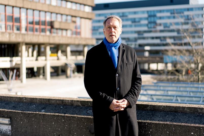 Rektor Schölmerich allein auf dem Campus
