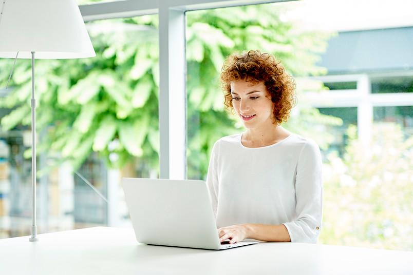 Studentin am Bildschirm