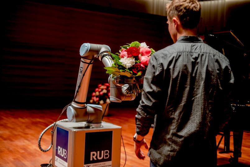 Roboter übergibt Blumenstrauß