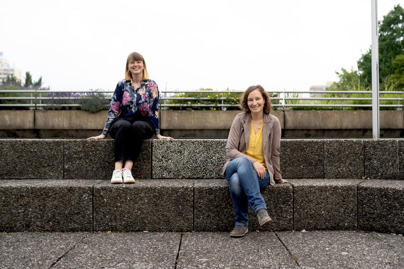 <div> Lisanne Blümel (links) und Ulrike Herrlich aus dem International Office unterstützen Geflüchtete beim Einstieg in ein Studium.</div>