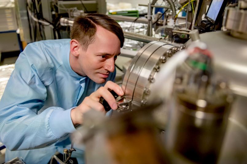 Forscher mit Apparatur