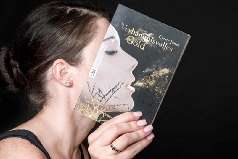 Frau mit durchsichtigem Buch und Funken