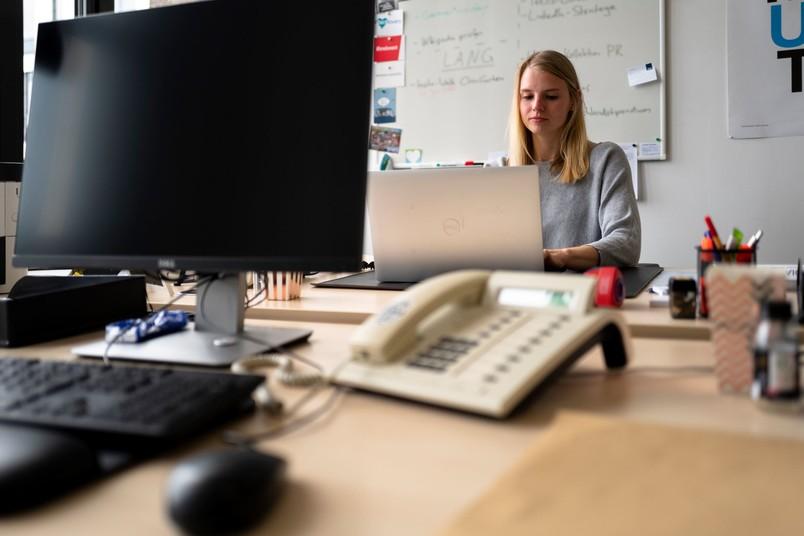 Frau an ihrem Büroarbeitsplatz