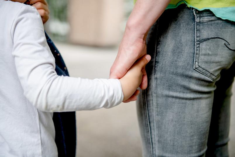 Hände von Mutter und Kind