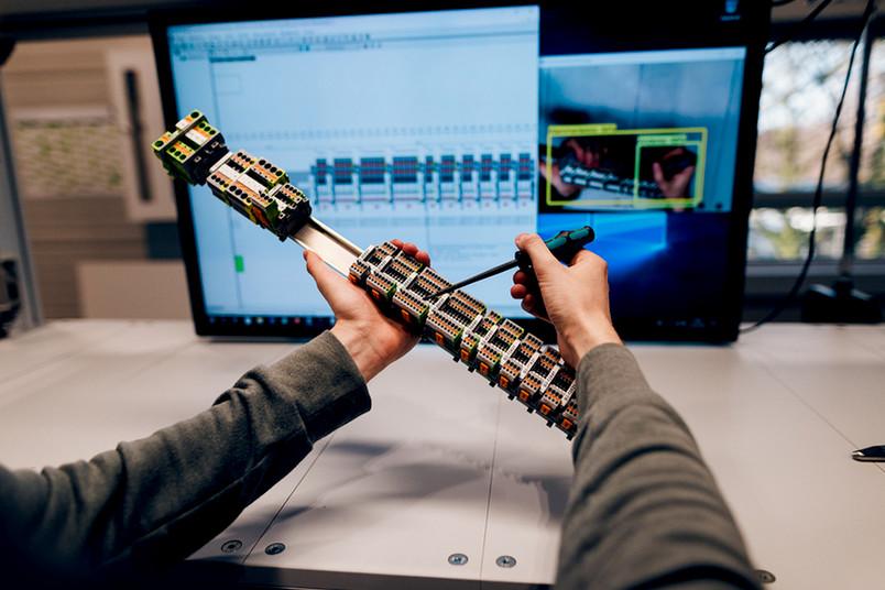 <div> 5G-Campusnetze haben das Potenzial, mehr Effizienz in den Produktionsalltag zu bringen, zum Beispiel bessere Ressourcen für Augmented-Reality-Anwendungen bei der manuellen Montage bereitzustellen.</div>