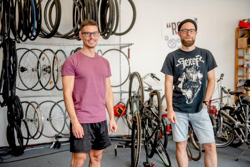 <div> Kardo Kaldewey und Benjamin Rohnke stecken hinter der Fahrradselbsthilfewerkstatt des Asta.</div>