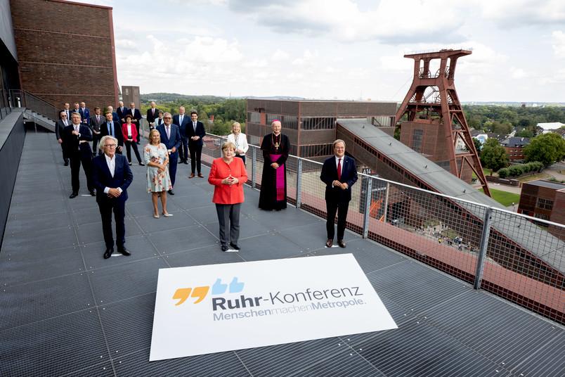 <div> Bundeskanzlerin Angela Merkel trifft sich auf Zeche Zollverein mit Akteuren der Ruhr-Konferenz – darunter die Bochumer Forscherin Martina Havenith (im Hintergrund in rot).</div>
