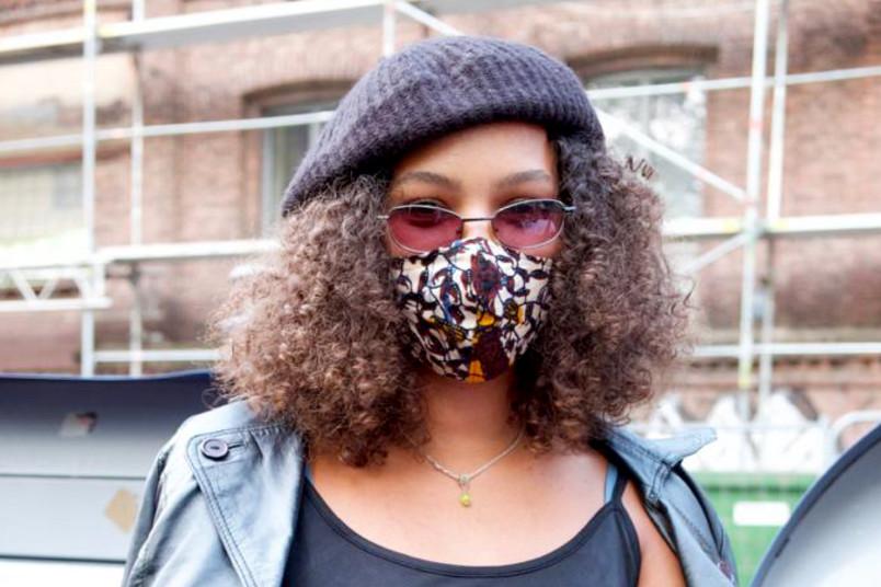 Studentin mit Mund-Nasen-Schutz