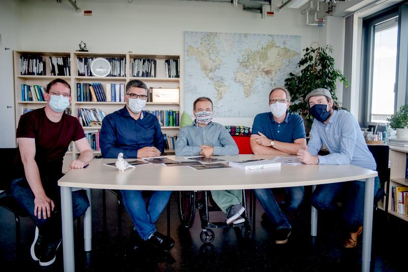 Forscherteam mit Taube