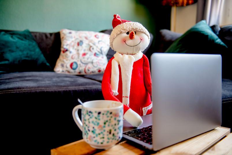 Weihnachtsfoto der RUB mit dem Weihnachtsmann im Homeoffice