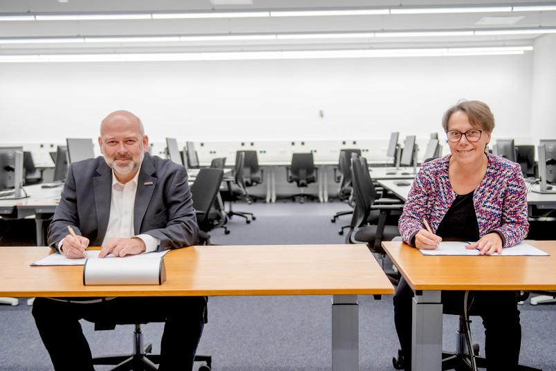 Patrick Helmes, Geschäftsführer der TMR, und RUB-Kanzlerin Dr. Christina Reinhardt unterzeichnen eine Kooperation.